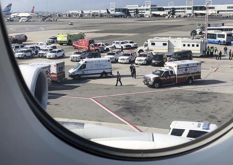 Passeggeri in quarantena volo Emirates da Dubai a Ny